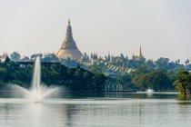 Myanmar (Birmania), Yangon Region, Yangón, Kandawgyi Lake with Shwedagon Pagoda - foto de stock