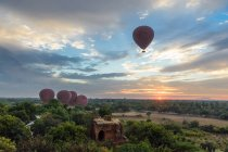 Myanmar (Burma), Mandalay region, Old Bagan, Balloons flying over Bagan — Stock Photo