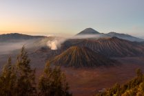 Indonesien, Java Timur, Probolinggo, Sonnenaufgang am Bromo-Aussichtspunkt in Cemoro-Lewang. vor dem Bromo, hinter dem Vulkan Semeru — Stockfoto