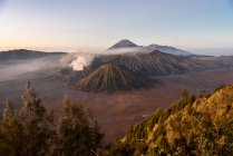 Indonesia, Java Timur, Probolinggo, sunrise at Bromo viewpoint at Cemoro-Lewang. Front of the Bromo, behind the volcano Semeru — Stock Photo