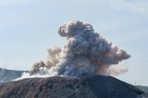 Indonesia, Maluku Utara, Kabupaten Halmahera Barat, smoke clouds over active volcano Ibu on northern Molikken — Stock Photo