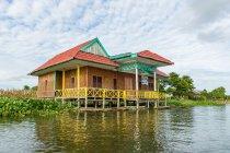 Indonesia, Sulawesi Selatan, Kabupaten Wajo, Colorful house on stilts in water in lake Danau Tempe on Sulawesi Selatan — стоковое фото
