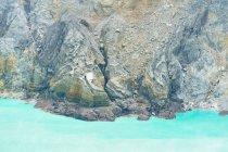 Indonesia, Java Timur, Kabudaten Bondowoso, rocas sobre el agua en el volcán Ijen - foto de stock