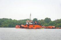 Indonesia, Kalimantan, Borneo, Kotawaringin Barat, tug in the port of Kotawaringin Barat — Stock Photo