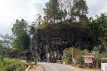 Indonesia, Sulawesi Selatan, Toraja Utara, tombe con cappella, tombe rupestri, culto della morte di roccia — Foto stock