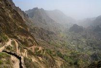 Cabo Verde, Santo Antao, Caibros de Ribeira de Jorge, Sendero de montaña, pueblo en el valle - foto de stock