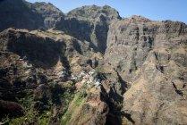 Capo Verde, Santo Antao, Caibros de Ribeira de Jorge, paesaggio paesaggistico di montagna verde con piccolo villaggio sulla roccia — Foto stock