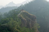 Indonesia, Java Tengah, Menoreh, viewing platform in fog, Menoreh mountain range, Puncak Suroloyo — Fotografia de Stock