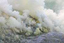 Indonesia, Java Timur, Bondowoso, yellow sulfur stones at smoking Volcano Ijen — Stock Photo