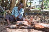 Человек деревообработка с топором, Дау-Мбай, Нфеви, Занзибар, Танзания — стоковое фото