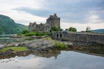Reino Unido, Escocia, Highland, Dornie, Loch Duich, Eilean Donan Castle, Scottish Macrae clan, road to the Eilean Donan Castle by the lake - foto de stock