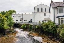 Reino Unido, Escocia, Highlands, Isla de Skye, Carbost, Talisker Distillery - foto de stock