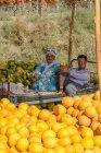 Comerciantes de melão no mercado em Jondor tumani, província de Buxoro, Uzbequistão — Fotografia de Stock