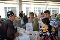 I venditori e gli acquirenti vicino a borse della groppa presso Provincia di mercato di strada, Samarkand, Samarkand, Uzbekistan — Foto stock