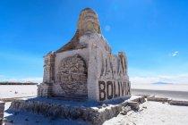 Вид спереди Уюни, Боливия ралли Дакар памятника — стоковое фото