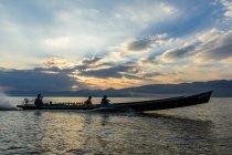 М'янма (Бірма), Шань, Taunggyi, подорож на човні на озері Інле озеро на заході сонця — стокове фото