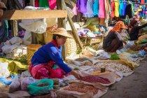 Female sellers at Phaung Daw U Pagoda market, Inle Lake, Nyaungshwe, Shan, Myanmar — Stock Photo