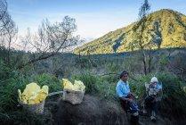 Java, Індонезії - 18 червня 2018: сірка працівників при транспортування сірки з Ijen вулкан — стокове фото