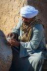 Египет, Асуан Gouvernement, Асуан, опекун демонстрации древнего египетского камня — стоковое фото