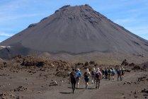 Кабо-Верде, Фого, Санта-Катарина, вид сзади туристов на пути к вулкан Фого — стоковое фото