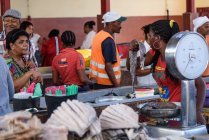 Кабо-Верде, Миндело, люди, торгующие и покупающие на рыбном рынке — стоковое фото