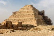 Єгипет, Гіза Gouvernement, Sakkara, крок піраміда Джосера в це монументальна будівля кам'яна — стокове фото