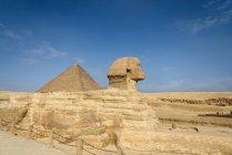 Єгипет, Гіза Gouvernement, Гіза, піраміди Гізи та Великого Сфінкса вид збоку — стокове фото