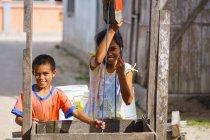 Indonesien, Maluku Utara, Kabul Pulau Morotai, einheimische Kinder am Brunnen in Posiposi am nördlichen Molikken — Stockfoto