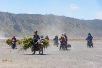 Indonésie, Java Timur, Probolinggo, groupe de personnes en moto près du volcan Bromo — Photo de stock