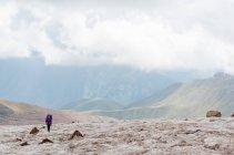 Грузия, Мцхете-Мтианети, Stepanzminda, Kazbegtour, туристы на горе путь — стоковое фото