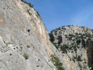 SARDINIE, ITALIE - 20 OCTOBRE 2013 : escalade sous un ciel bleu sur une paroi rocheuse — Photo de stock