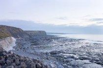 Ірландії, Ірландії, камінь пляж, узбережжі в місті Lahinch, перегляд скельних прибережних морський пейзаж — стокове фото