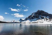 Канада, Альберта, Национальный парк Банф, кристально чистые горное озеро, горы — стоковое фото