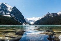 Канада, Альберта, Национальный парк Банф, Чистое озеро и горный ландшафт — стоковое фото
