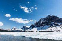 Канада, Альберта, Национальный парк Банф, кристально чистые горные озера и снежный пейзаж — стоковое фото