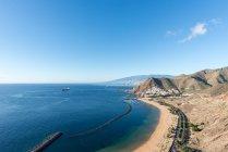 Испания, Канарские острова, Тенерифе, пляж Плайя де Лас Тереситас сверху в яркий солнечный день — стоковое фото