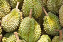Pile de fruits durian en plein soleil, marché de crabes kep — Photo de stock