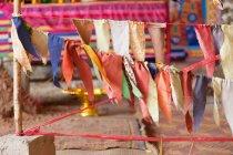Camboja, Kep, bandeiras de oração no pagode, Kampot e Kep — Fotografia de Stock