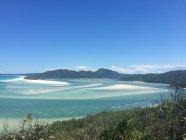 Австралія, Квінсленд, Whitsundays, Трійця острови, повітряні морський пейзаж з трав'янистих узбережжя та гори на фоні — стокове фото