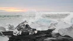 Icebreaks superfície de praia de areia preta Islândia na luz do amanhecer — Fotografia de Stock