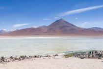 Боливия, Departamento de Потоси, Лагуна-Верде в Боливии, озеро горы в солнечном свете — стоковое фото