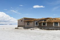 Bolivia, Departamento de Potos, Nor Lopez, house in salt desert Uyuni — Stock Photo