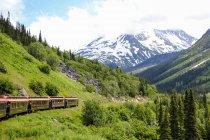 США, Аляска, Скагуэй, Пасс белый поезд делает свой путь в горы в Канаде — стоковое фото