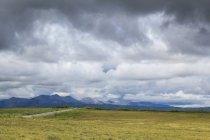Територія Юкон, Канада Юкон, на Dampster шосе судячи півночі пустелі краєвид з гори під важких небо — стокове фото
