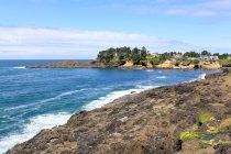 USA, Oregon, Arch Cape, paesaggio marino con sole sulla costa rocciosa — Foto stock