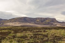 Мальовничий вид на рівнині і далеких гір, Ісландія — стокове фото