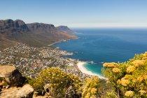 Sudafrica, Western Cape, Città del Capo vista aerea dal Table Mountain National Park, paesaggio urbano dalla costa dell'oceano sotto il sole — Foto stock