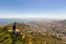 Sudafrica, Western Cape, uomo che gode di vista aerea dalla Table Mountain National Park, panorama della città dalla costa dell'oceano, sole di città del capo — Foto stock