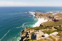 Sudafrica, Western Cape, Cape Town, veduta aerea di persone che camminano in capo di buona speranza, paesaggio marino costiero scenico sole — Foto stock