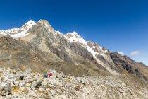 Tourist mountaineering in Salkantay Pass, Salkantay Trek, Cusco, Cuzco, Peru. — Stock Photo